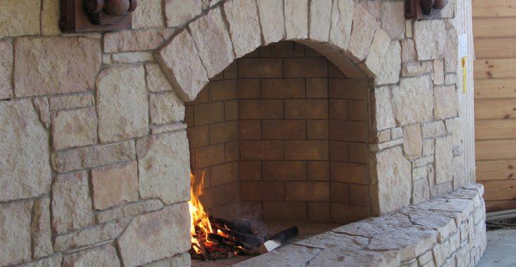 Кирпичный камин с отделкой камнем