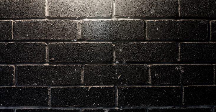 Необычный и красивый черный кирпич