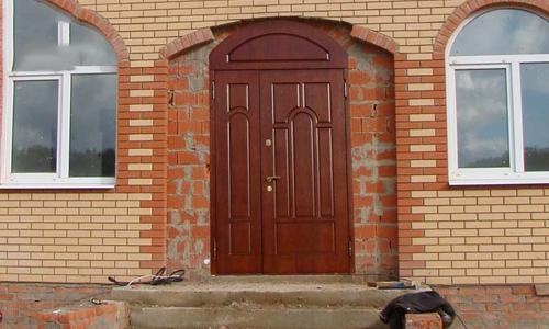 Входная дверь в кирпичный дом