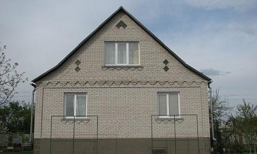 Кирпичный дом с фронтоном