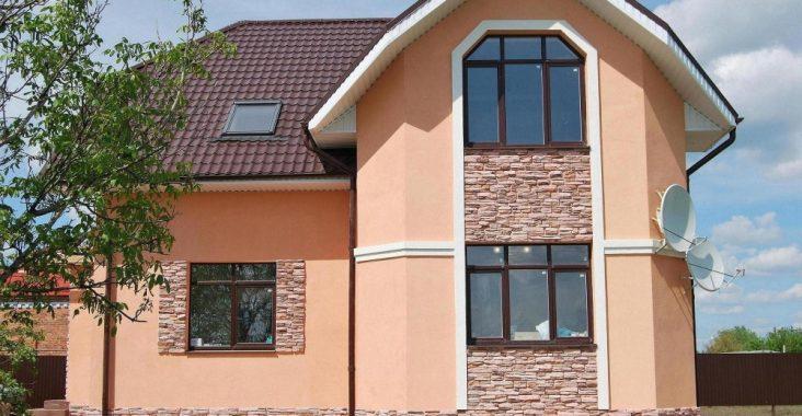 Кирпичный дом с фасадной штукатуркой