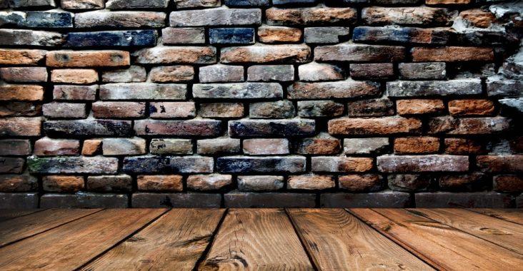 Кладка кирпичной стены на деревянный пол